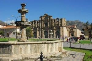 plaza_armas_cajamarca_peru